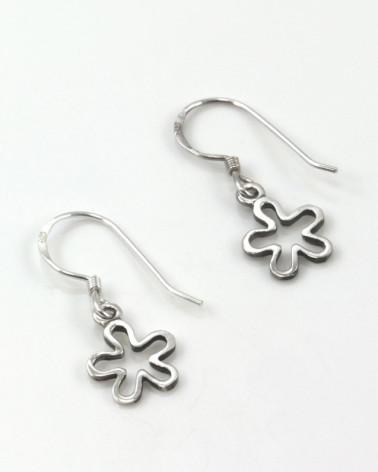 Pendiente de plata con forma de flor calada con cierre de gancho