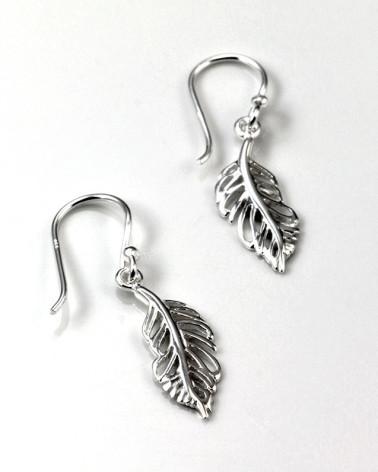 Pendiente de plata con forma de pluma con cierre de gancho